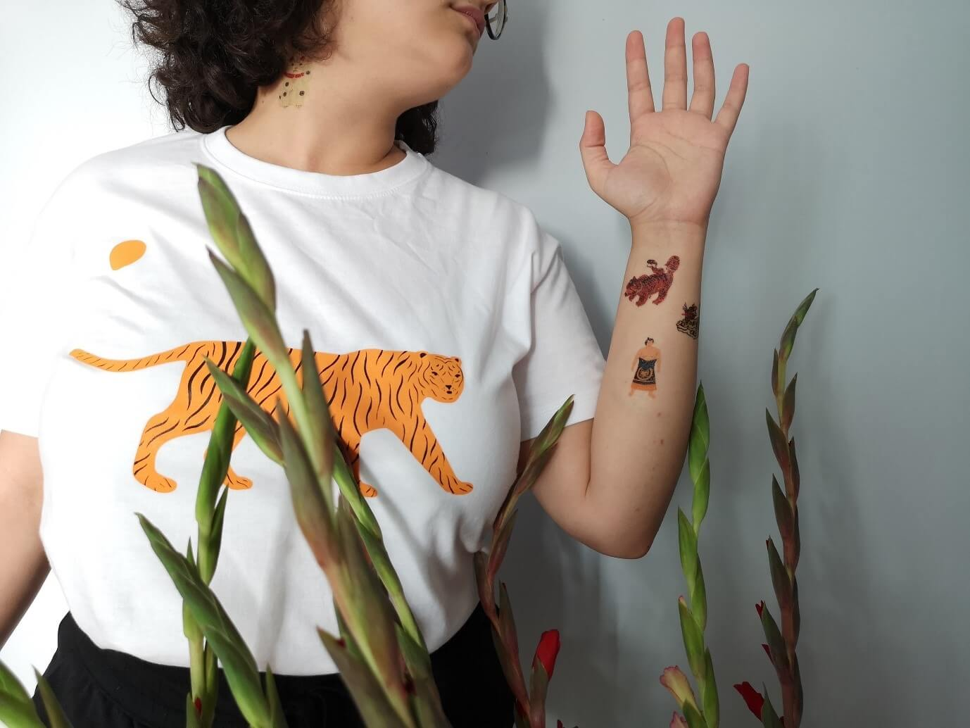 Amal Al-Shahari shows off her temporary tattoos dress in a t-shirt with tiger design